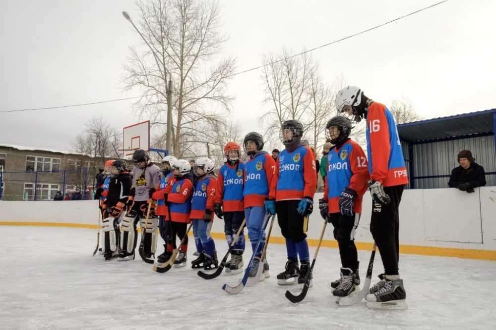 Валерий Хорев сыграл в хоккей с мячом с молодежью из Новоуткинска