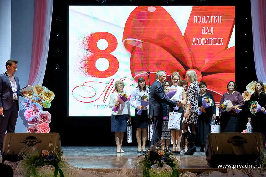 Валерий Хорев поздравил первоуралочек с Международным женским днем