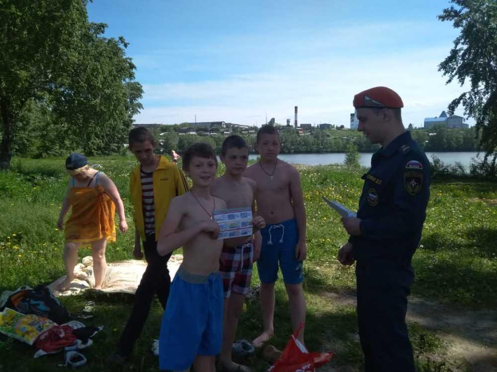 Сотрудники МЧС и добровольцы патрулируют водные зоны отдыха
