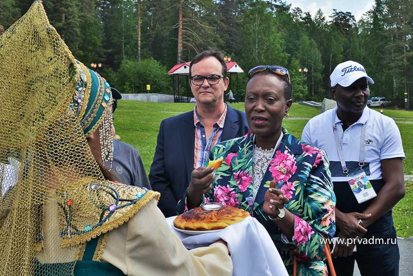 Послов из Республики Бурунди угощали в Первоуральске блинами