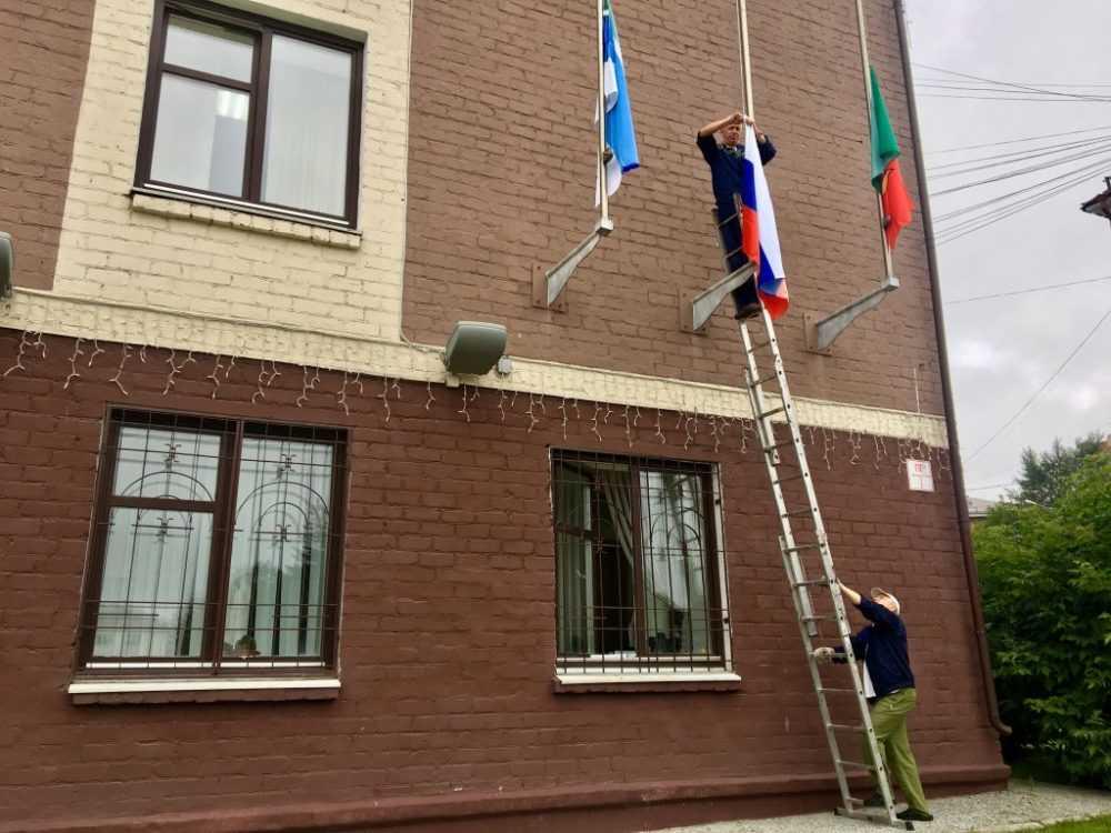 Над зданием администрации Первоуральска вывесили новый флаг