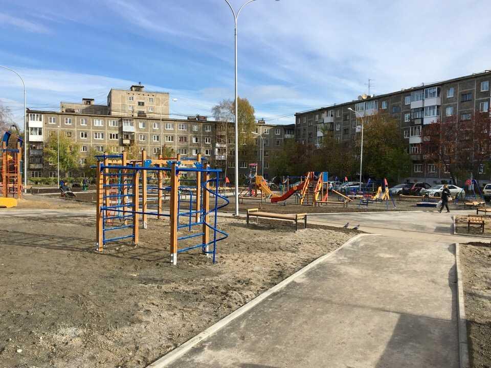 Во дворе на улице Вайнера в Первоуральске смонтировали корт