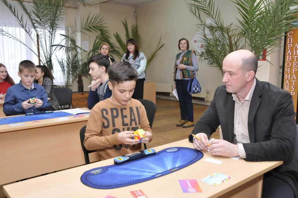 В Первоуральске узнали, кто быстрее собирает кубик Рубика