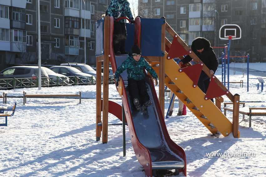 30 качелей, каруселей и турников – в Первоуральске завершилось реконструкция двора на Вайнера