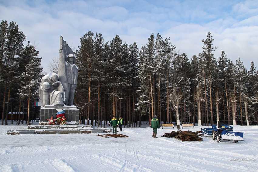 В Первоуральске приступили к монтажу главной городской елки