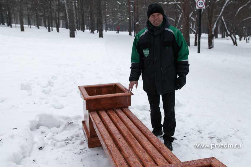 В первоуральском парке появились скамьи-клумбы ручной работы