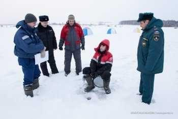 Спасатели патрулируют места массового выхода на лед