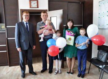 Глава Первоуральска вручил сертификат на два миллиона рублей многодетной семье на строительство