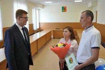 Глава Первоуральска вручил семье первоуральцев жилищный сертификат