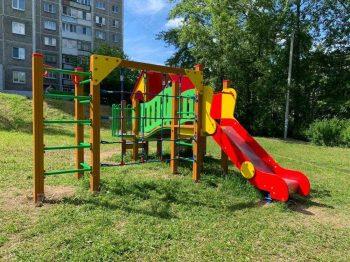 В Первоуральске на проспекте Ильича установили новую детскую площадку