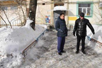 Сотрудники Администрации проверили, как чистят дворы в Первоуральске