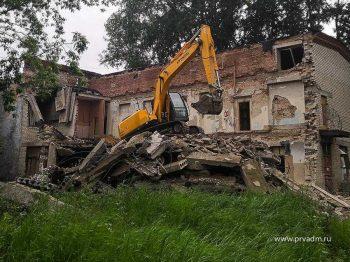 В Первоуральске демонтируют здание бывшей школы-интерната