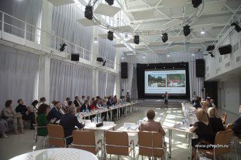 Глава Первоуральска Игорь Кабец наградил представителей бизнес-сообщества в рамках Дня российского предпринимательства