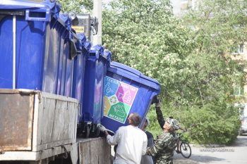 В Первоуральске начали установку баков для раздельного сбора мусора