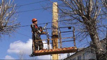 В Первоуральске начались весеннее кронирование деревьев и уборка улиц
