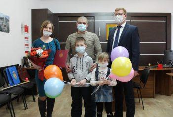 Жительница Битимки Ксения Макарова получила соцвыплату на строительство дома
