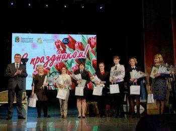 Глава Первоуральска Игорь Кабец поздравил первоуралочек с 8 Марта