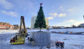 Городскую набережную украшают к Новому году