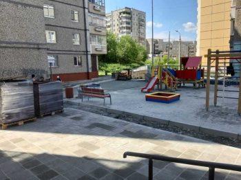 """Во дворе на Береговой 82-84 """"А"""" устанавливают новую детскую площадку"""