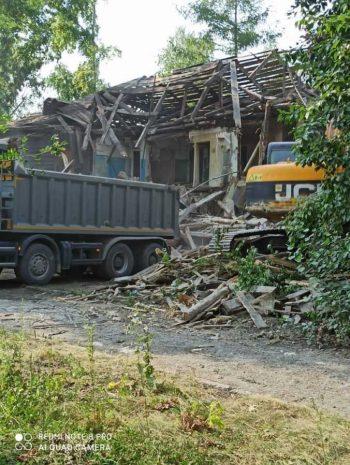 В микрорайоне Хромпик снесли ветхий дом