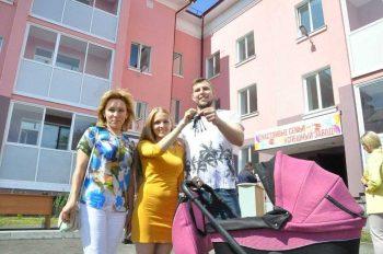 18 семей из Первоуральска получили ключи от квартир в новостройке