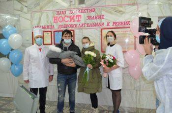 В роддоме Первоуральска прошла торжественная выписка в честь Дня матери
