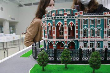 В Первоуральск привезли миниатюры Дома Севастьянова, Цирка и здания главного корпуса УПИ