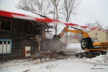 В микрорайоне Динас сносят аварийный дом