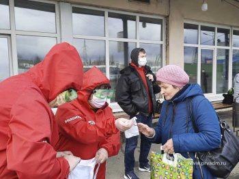 В Первоуральске волонтеры акции#МыВместеначали раздавать жителям многоразовые маски
