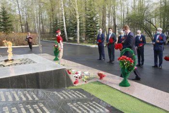 В Первоуральске состоялось торжественное возложение цветов к мемориалам памяти погибшим в годы Великой Отечественной войны