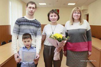 Семья Десятковых из Билимбая получила сертификат на строительство дома