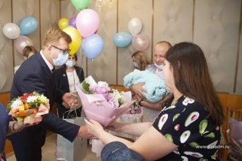 Глава Первоуральска Игорь Кабец поздравил родителей новрожденных с Днём защиты детей