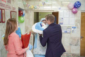 В Первоуральском роддоме в честь Дня защиты детей прошла торжественная выписка