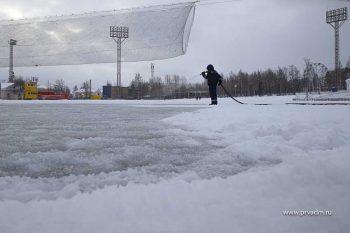 На стадионе начали заливку льда на большом поле