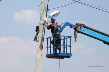 В Первоуральске на подходах к школам и садикам монтируют новые системы освещения
