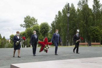В День памяти и скорби в Первоуральске прошла церемония возложения цветов к мемориалу «Единство фронта и тыла»
