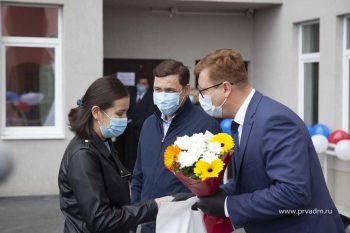 Евгений Куйвашев и Игорь Кабец вручили ключи от новых квартир молодым специалистам