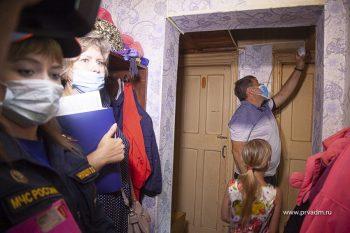 Городская служба спасения устанавливает пожарные извещатели в дома семей, находящихся в трудной жизненной ситуации