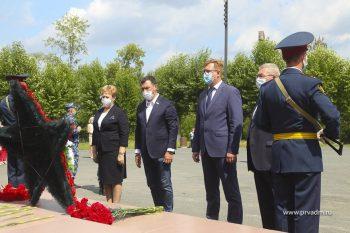 """В День памяти и скорби в Первоуральске возложили цветы к мемориалу """"Единство фронта и тыла"""""""