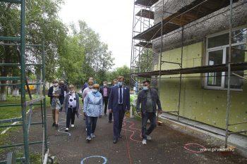 Глава Первоуральска Игорь Кабец проинспектировал ход ремонтной кампании в школах и садиках округа