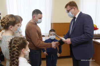 Глава Первоуральска Игорь Кабец вручил семьям с детьми сертификаты на улучшение жилищных условий